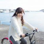 漁港付近で自転車を乗る女性