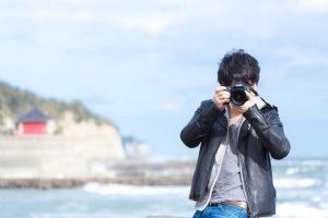 写真を撮影している男性