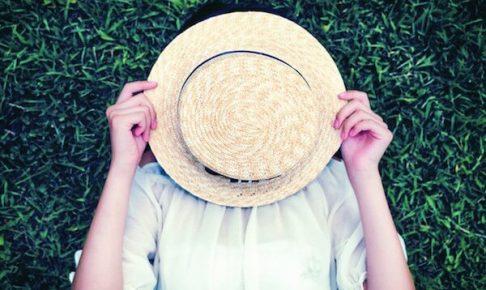 帽子で顔を隠している女性