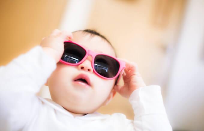 サングラスをかけている赤ちゃん