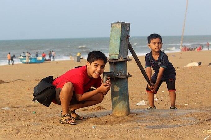 井戸を掘っている子供