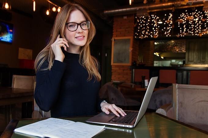 メガネの女性とパソコン