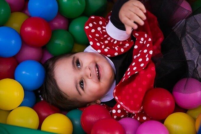 ボールに囲まれている子供