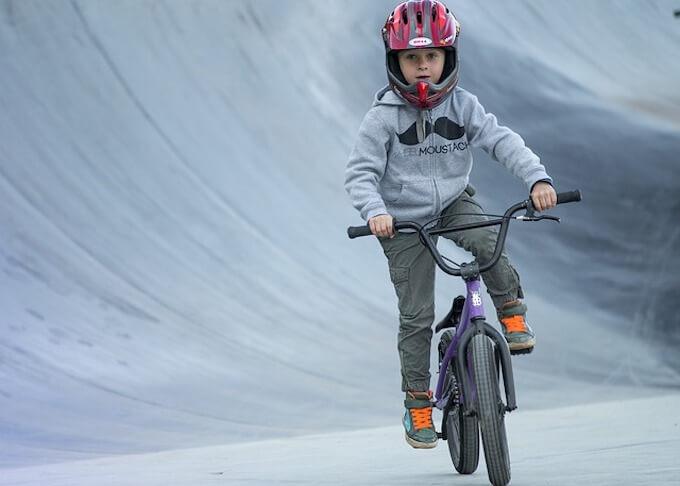 自転車に載っている男の子
