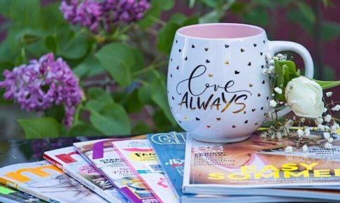 雑誌とマグカップ
