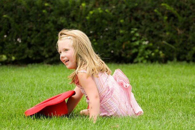 芝生の上の女