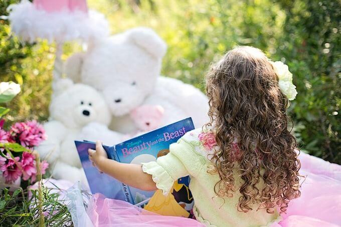 外で本を読んでいる女の子