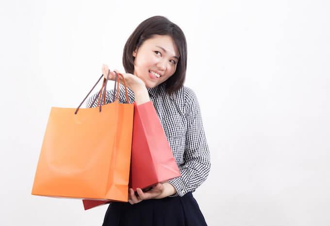 買い物袋を持っている女性