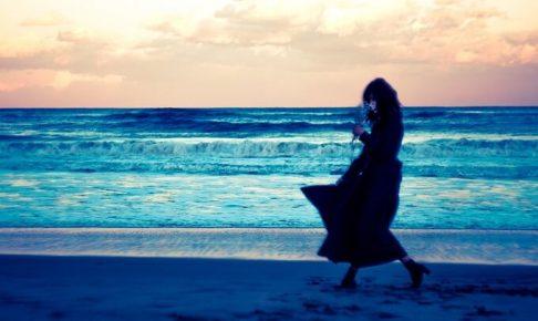 海沿いと女性