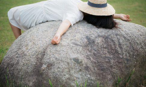 石の上で寝ている女性
