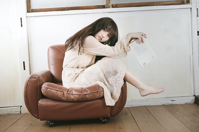 ソファーに座りながら本を読んでいる女性