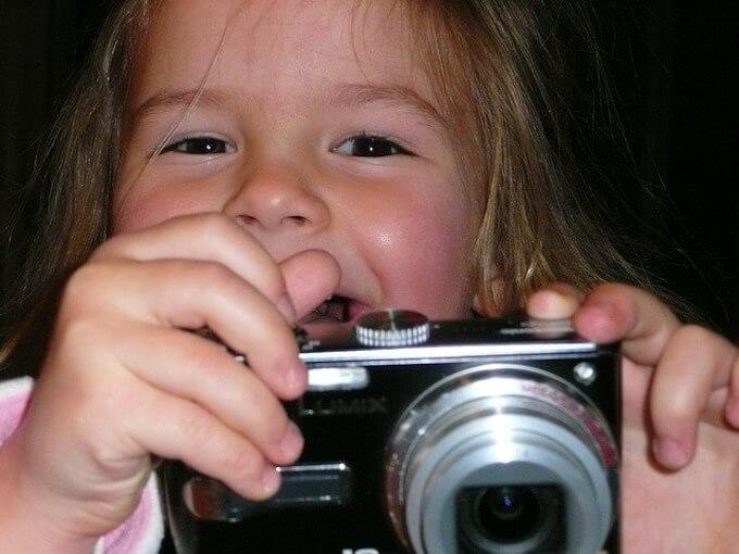 カメラを持っている女の子