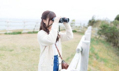 双眼鏡を覗いてる女性