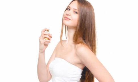 香水をつけている女性