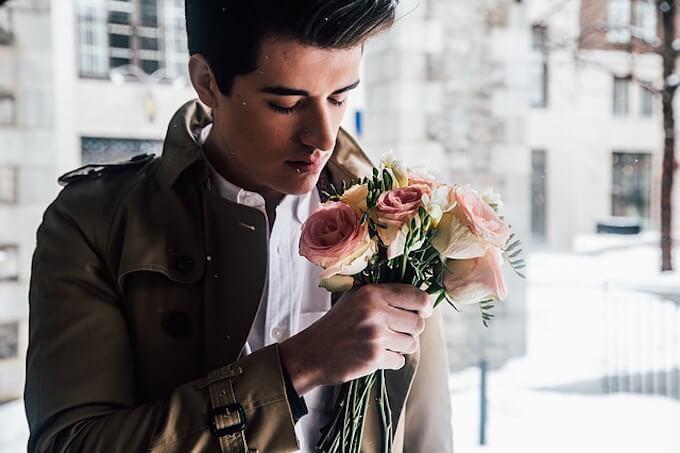 花束を持っている男性