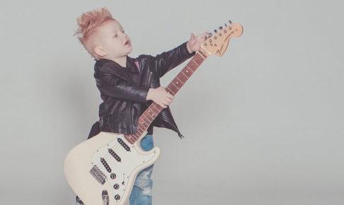 ギターを持っている男の子