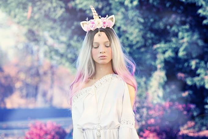 頭に花を乗せている女性