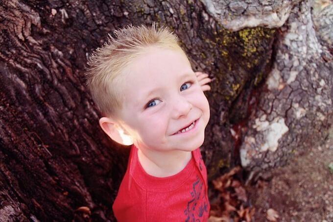 木の下にいる子供
