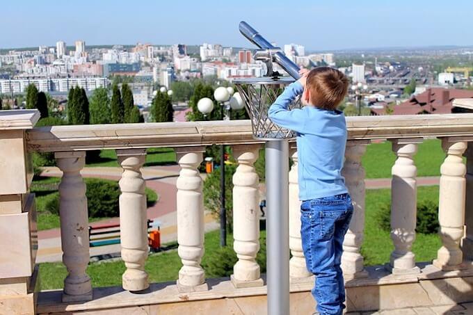 望遠鏡をのぞいている男の子