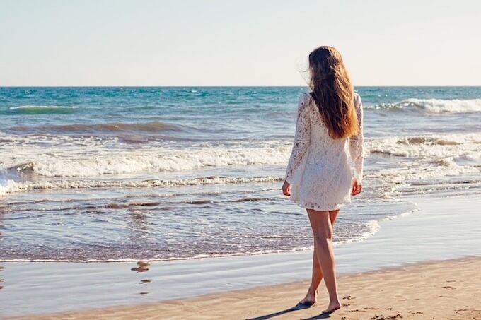 砂浜と女性