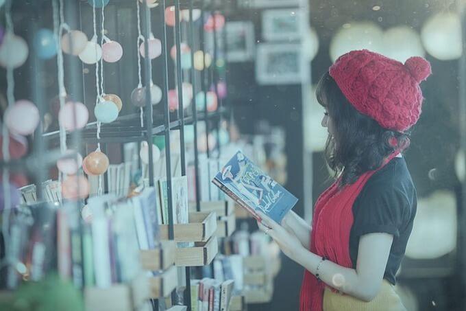 雑貨店にいる女の子