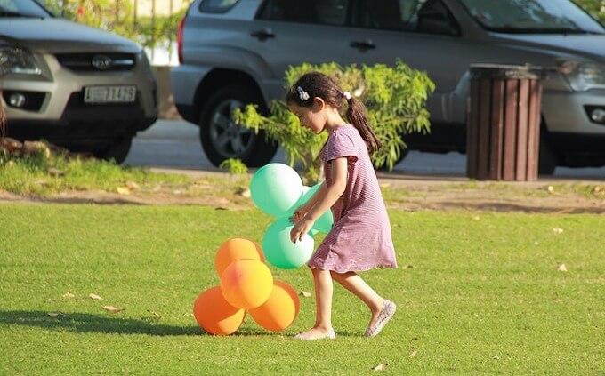 風船で遊んでいる女の子