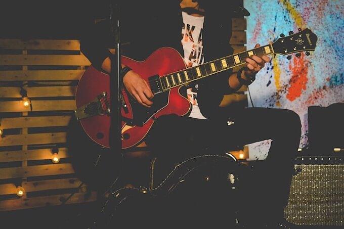 ギターを演奏している男性